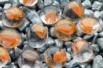 Камни декоративные оранжевые с вкраплением 10 мм (сетка 90 шт) AG13