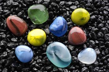 Камни декоративные разноцветные 10-15 мм ( сетка 90 шт) AG15